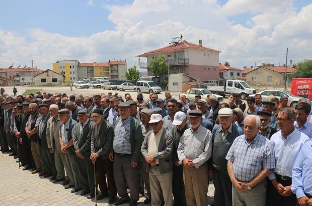 Kırka mahallesinde yağmur ve şükür duası yapıldı Mahalle muhtarlığı öncülüğünde çiftçilerin organize ettiği etkinliğe Seyitgazi Belediyesi de destek verdi