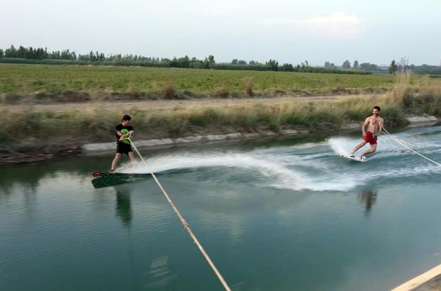 Fenomen gençler düşe kalka sörf yaptı