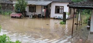 Düzce sele teslim oldu Gölyaka ilçesinde 2 köy ve bir mahalle sular altında kaldı Sel sularında mahsur kalan 8 kişi kurtarıldı, 4 kişi hastaneye kaldırıldı