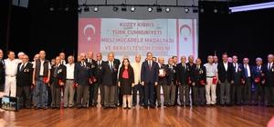 Kıbrıs Gazileri, Milli Mücadele Madalyası ve Beratı ile onurlandırıldı Kuzey Kıbrıs Türk Cumhuriyeti, Kıbrıs Barış Harekatı'na katılan gazileri 45 yıl sonra 'Milli Mücadele Madalyası ve Beratı' ile onurlandırdı Mersin'de de bugün 43 Kıbrıs Gazisi, düzenlenen törenle madalyalarını alırken, toplam 552 gaziden geri kalanlara da ilçelerde düzenlenecek törenlerle madalyaları verilecek