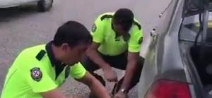 (Özel) Yolda kalan sürücünün imdadına trafik polisleri yetişti Trafik ekipleri kadın sürücünün lastiğini böyle değiştirdi