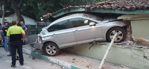 Frenleri patlayan midibüs 2 araca çarparak durabildi: 4 yaralı Frenleri patlayan midibüsün sürüklediği araçtaki aile yaralandı