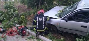 Refüje uçan otomobil ağaçları yerinden söktü: 1 yaralı