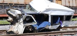 Mersin'deki tren kazasında dehşet detaylar Hemzemin geçitte yük treninin çarptığı minibüsün raylar üzerinde stop ettiği, sürücünün yeniden çalıştıramayınca son anda araçtan inerek kurtulduğu tarım işçilerinin araçtan inecek vakit bulamadığı ortaya çıktı Kaza sırasında minibüsten atlayarak kurtulan şoför gözaltına alındı
