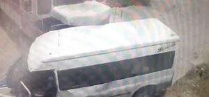 Yük treni minibüse böyle çarpmış Görüntülerde raylar üzerinde motoru duran minibüsün sürücüsünün araçtan inip kaçması ve yük treninin araca çarpması yer alıyor