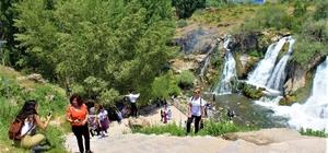 Muradiye Şelalesi'ne ziyaretçi yoğunluğu Muradiye Şelalesi ziyaretçilerine görsel şölen sunuyor