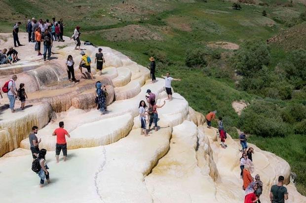 Başkale travertenlerine yerli turist akını Vadi Doğa Sporları Kulübü üyeleri hem geziyorlar, hem de Van'ı tanıtıyorlar