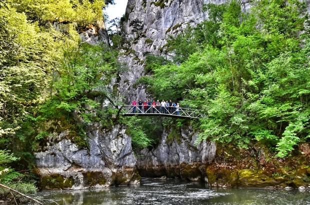 Öğretmenler, doğa harikası Çatak Kanyonunda 7 kilometre yürüdü Öğretmenler, yılın stresini doğa yürüyüşü ve piknik ile attı