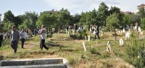 """Asırlık' Mezarlık Geleneği' devam ediyor Her perşembe günü erkekler Cuma namazına gider gibi ikindi namazına gidiyor, ardından kasaba mezarlığı ziyaret ediliyor Belde sakini 69 yaşındaki Kazım Öztürk; """"İnsan kötülüğe düşse dahi her perşembe günü buraya gelip ölümü hatırlayarak doğru yolu bulmaya çalışıyor"""" Taşoluk belde vatandaşlarının ortak düşüncesi; """"Geleneğimizi kıyamete kadar sürdürmek istiyoruz"""""""