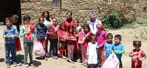 (Özel Haber) Köy çocuklarını sevindirmek için yüzlerce kilometre yol kat ettiler