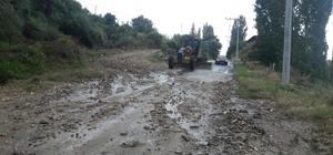 Sağanak yağışın vurduğu Demirci'de ekipler seferber oldu