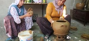 Kadınlar çamurdan para kazanıyor Sanata dönüştürdükleri çamurdan yaptıkları çanak, çömlek ve tandırlarla evlerinin geçimini sağlıyorlar