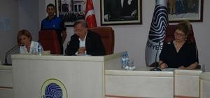 Seyhan'da meclis gündeme geçemedi Seyhan Belediye Meclisi, ilave edilen 3 madde ile toplam 8 maddeden oluşan Temmuz ayı gündem görüşmelerine, gündem dışı konuşmalar nedeniyle bir türlü geçemediler Mecliste muhalefet partilerin sözcüleri tarafından Seyhan Belediyesi'nin borçları, Halkkart uygulamaları, bazı şirketlere yapılan ödemeler ile Adana Büyükşehir Belediyesi'nden işten çıkartılanlar gündeme getirildi