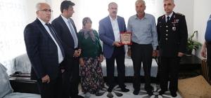 Vali, Şehit Halil İbrahim Öztürk'ün ailesine 'Hizmet şilti' takdim etti