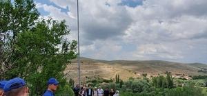 Köylerine dev Türk bayrağı astılar Yozgat'ın Kozan köyü sakinleri, köyün hakim tepesine diktikleri 8 metrelik direğe Türk bayrağı astılar