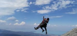 Yaralı dağcıya nefes kesen kurtarma operasyonu 2992 metrede mahsur kalan yaralı dağcı, Jandarma helikopteriyle kurtarıldı