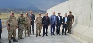 İçişleri Bakanı Soylu Ağrı'da Bakan Soylu, Türkiye-İran sınırında yapımı devam eden güvenlik duvarı ve devriye yol hattında incelemelerde bulundu