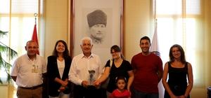 Koku Vadisi'nde İlk Hasat ve Başkan Gürün'e Teşekkür Muğla Büyükşehir Belediyesi Koku Vadisi projesi kapsamında ilk ürününü hasat eden üretici Başkan Gürün'e plaket takdim ederek teşekkür etti.