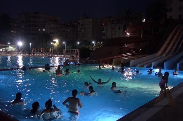 Aileler canlı müzik eşliğinde havuzda eğleniyor
