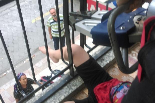 Bacağı korkuluklara sıkışan çocuğu itfaiye kurtardı