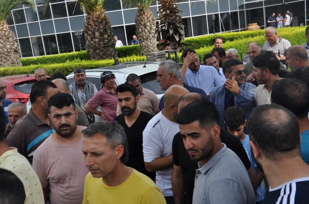 """Belediyeden 'kısa mesajla para' isteği pazarcı esnafını kızdırdı Menemen Belediyesi önünde 'kısa mesajla para isteği' gerginliği Başkan Aksoy, toplantı sırasında """"İhaleyi iptal ediyorum"""" dedi, salonu terketti"""