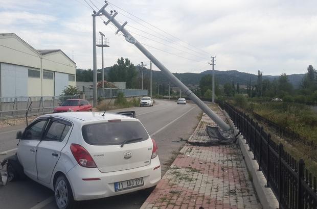 Elektrik direğine çarpmasa dereye uçacaktı Kazada araç kullanılmaz hale gelirken, sürücü kazayı hafif sıyrıklarla atlattı Çarpığı elektrik direği devrilse feci şekilde can verecekti