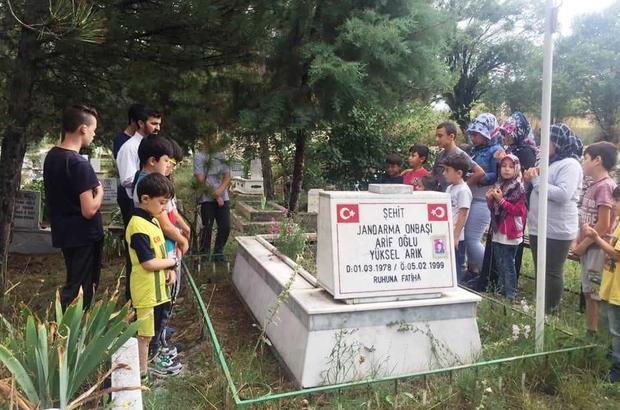 Kaymakam Okatan, öğrencilerle şehit askerin mezarını ziyaret etti