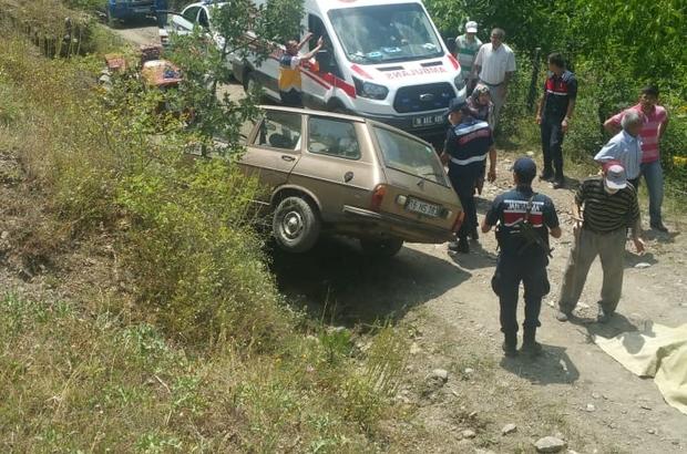 Frenleri boşalan otomobilin altında can verdi Tarladan dönen çiftin aracının yokuş aşağı giderken frenleri boşaldı