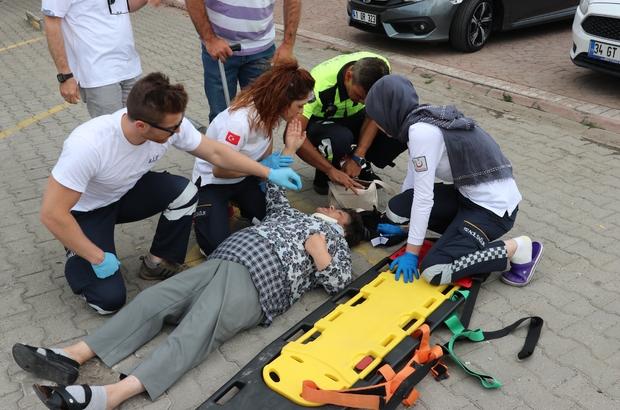 Geri gelen aracın çarptığı yaşlı kadın hafif şekilde yaralandı
