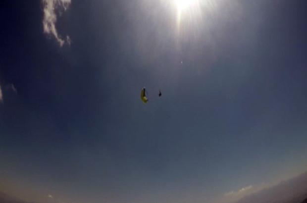 (Özel) 1 kişinin öldüğü yamaç paraşütü kazası amatör kamerada Yamaç paraşütü pilotunun yere çakıldığı anların görüntüleri ortaya çıktı Pilot havada hortum adı verilen 'dust devil'e kapılarak yere çakıldı Eğitmenler ne yaptıysa kazayı önleyemedi