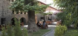 Diyarbakır'ın yıllara meydan okuyan tarihi yapısı: İskender Paşa Konağı Huzurun hakim olduğu Sur'da yaklaşık 500 yıllık İskender Paşa Konağı görenleri hayran bırakıyor Kente gelen turistler, konağın avlusundaki 400 yıllık çınar ağaçlarının altında kahvaltı yapmanın tadını çıkarıyor