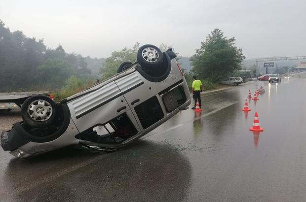 Yağmurlu yolda direksiyon hakimiyetini kaybetti ölümden döndü Takla atıp ters dönen araçtan yaralanmadan kurtuldu