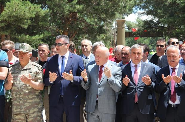 Erzurum'da 15 Temmuz Milli Birlik ve Demokrasi günü etkinlikleri Şehit mezarları ziyaret edip karanfil bıraktılar Şehitlik ziyareti sırasında Vali Okay Memiş ve şehit aileleri arasında duygusal anlar yaşandı