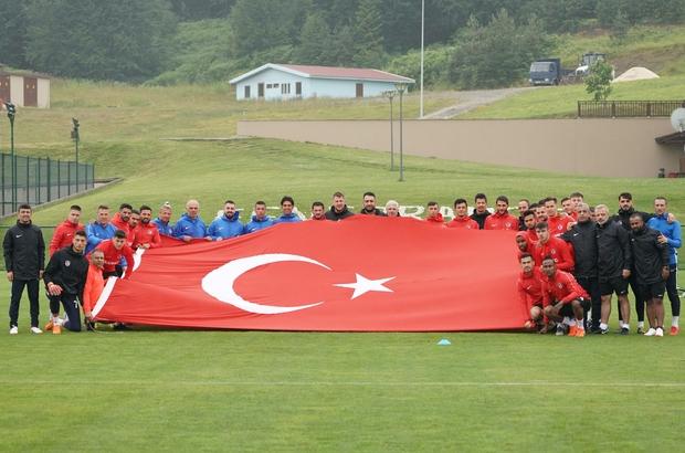 Futbolcular dev Türk Bayrağı ile poz verdi Gazişehir Gaziantep yoğun sis ve yağmur altında çalıştı