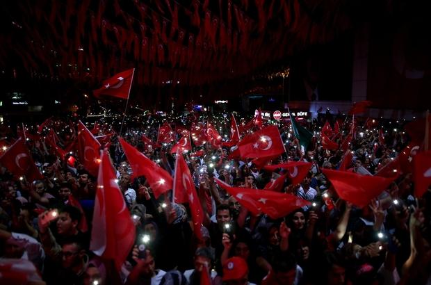 15 Temmuz şehitleri Bursa'da anıldı Bursa'da 15 Temmuz Demokrasi ve Milli Birlik Günü binlerce kişi tarafından kutlandı