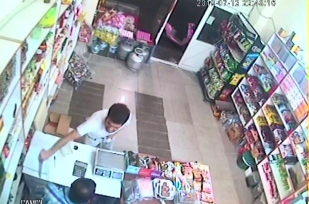 Bıçakla tehdit ettiği bakkalın 350 lirasını gasp etti Adana'da bıçakla girdiği bakkal dükkanı sahibini bıçakla tehdit ederek 350 lira parasını gasp eden zanlı tutuklandı Olay anı iş yerinin güvenlik kamerası tarafından saniye saniye görüntülendi