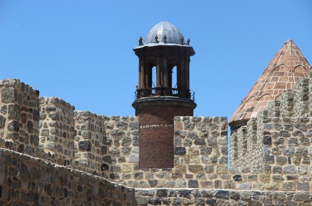 Saat Kulesi kale mescidinin minaresi olarak inşa edildi Erzurum Kalesi ve Saat Kulesi Anadolu'daki ilk Türk İslam yapılarından birisi Kule daha sonra devam eden akınlar nedeniyle gözetleme kulesi olarak ta kullanıldı