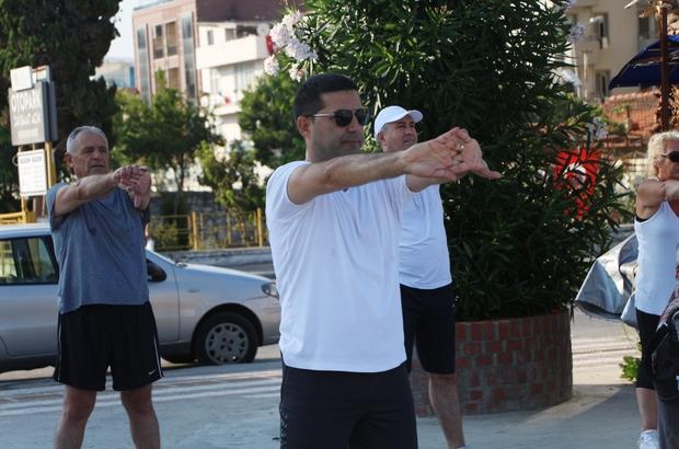 Başkan Günel, Kuşadalılarla birlikte sabah sporu yapıyor