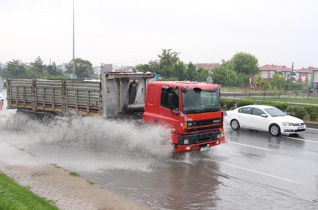Eskişehir yağış altında Sağanak yağış şehirlerarası yolları vurdu Biriken sular nedeniyle bazı yollar tek şeride düştü Karayolları ekipleri su motoruyla tahliye yaptı, trafik ekipleri yol güvenliğini sağladı