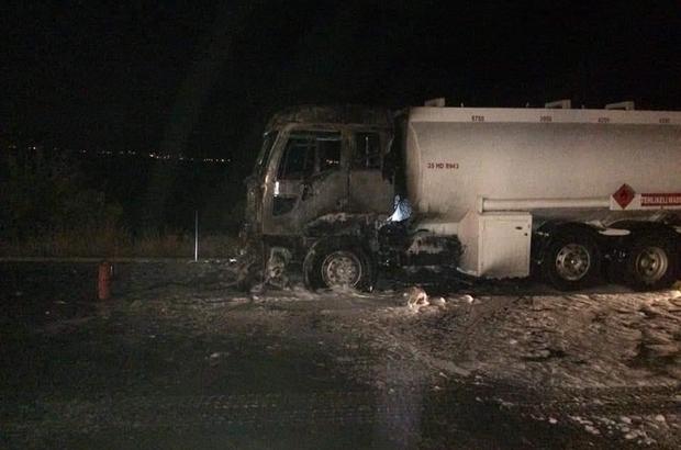 Akaryakıt yüklü tankerde yangın Yaklaşık 25 ton akaryakıt taşıyan tankerde yangın çıktı Yüreklerin ağza geldiği yangını itfaiye ekipleri yarım saatte söndürdü