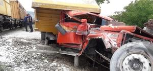 Isparta'da trenin çarptığı kamyon hurdaya döndü Yük treni ile hafriyat kamyon çarpıştı: 1 yaralı