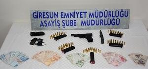 Cinayet zanlısının üzerinden cephanelik çıktı Giresun'da öldürülen galerici Cafer Dinçer'in yakalanan katil zanlısının üzerinden silah, 5 şarjör ve 81 mermi ile bıçak çıktı