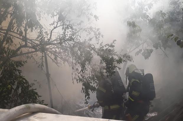 Yanan evde mahsur kalan 2 kişiyi itfaiye kurtardı 2 kişinin ve 2 küçükbaş hayvanın kurtarıldığı yangında alevler gökyüzünü sardı