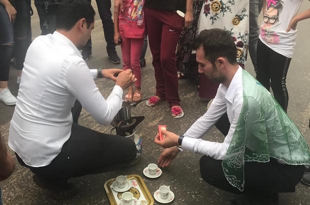 (Özel) Damat ve sağdıca kahve pişirtip, çuval yarışı yaptırdılar Görenleri güldüren düğün adeti damat ve sağdıcı canından bezdirdi