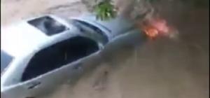 Lüks otomobilin sel sularında sürüklendiği anlar kamerada