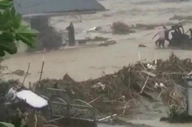 Ayağından yaralanan kadını sel sularına kapılmaktan vatandaşlar kurtardı Sel sularından mahsur kalan kadının kurtarılma anı kamerada