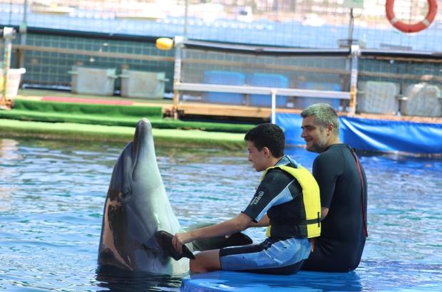 Engelli çocuklar, yunus balıkların öpücüğüyle moral buldular Yunus Terapi Merkezi farklı ülkelerden gelen engelli çocuklara hizmet veriyor