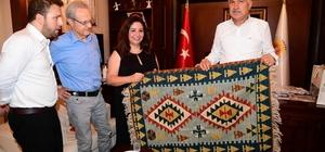 Adana'nın mega projeleri için Karalar'a yıldırım ziyaret 60 milyon Euroluk altyapı yatırımları için uluslararası yetkililer Başkan Zeydan Karalar'ı ziyaret etti Yarısı hibe şeklinde olacak 60 milyon Euroluk kredi kapsamında, Kozan İmamoğlu Yedigöze Su İletim Hattı, Yedigöze İçmesuyu Arıtma Tesisi, Kozan Pınargözü İçmesuyu İsale Hattı ve Şebekesi projelerinin yapılması yer alıyor
