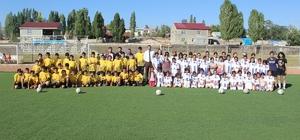 Taşlıçay'da 140 öğrenciye spor malzemesi dağıtıldı