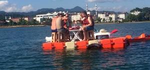 Denizin ortasında duba üzerinde kahvaltı yaptılar